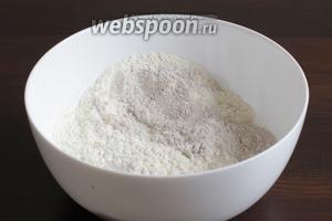 Тем временем, смешать ржаную и пшеничную муку с солью. Можно использовать только ржаную муку, но так как у неё очень низкий гликемический индекс я предпочитаю добавить пшеничную.