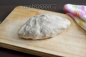 Замесить послушное тесто. Можно слегка увлажнить ладони сливочным маслом, но это не всегда нужно. Тесто не липнет к столу после того, как отдохнет минут 10.