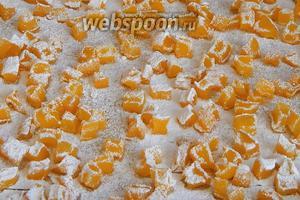 Достаем противень и по желанию пересыпаем цукаты сахарной пудрой.