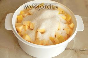 Засыпаем кабачок сахарным песком и оставляем на полчаса, чтобы начал выделяться сок.