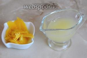 С лимона снимаем цедру и выжимаем сок.