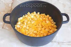 Перекладываем всё содержимое миски в кастрюлю. Добавляем туда цедру и сок лимона.