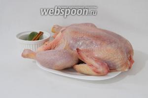 Приготовление фрике с мясным фаршем и курицей начнём с с курицы. Для этого возьмём курицу, воду, лавровый лист, чеснок, перец чёрный горошком, палочку корицы, кардамон, гвоздику, куркуму, соль по вкусу.