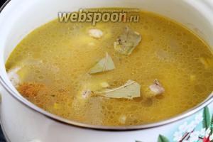 Добавить лавровый лист, немного потомить суп под крышкой.