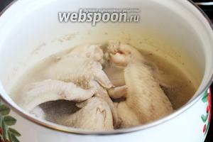 Отварить в течение 10 минут в небольшом количестве воды курицу, слить и промыть курицу и кастрюлю.