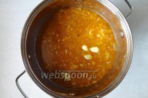 Вливаем бульон. Я добавила 2,5 литра бульона, суп с таким количеством жидкости получится средней густоты.