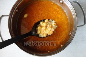 Затем добавляем крупы (чечевица, нут, рис), варим до готовности примерно 25-30 минут. Солим в конце по вкусу.