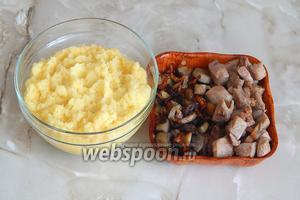 Все готово для составления блюда. Драная картошка с луком, а также жареные грибы с луком и свинина.