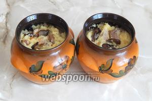 Горшочки смазываем подсолнечным маслом и раскладываем в них картофельную массу с грибами и мясом. Включаем духовку на 180°C и готовим бабку ровно час под закрытой крышкой.