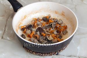Вынимаем мясо и в ту же сковороду кладём предварительно размороженные грибы. Заметьте: грибы жарятся на том же жире, что и мясо.