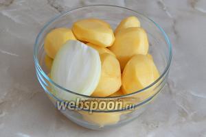 Тем временем очищаем картофель. Берём вторую половину луковицы (или вторую штуку, если используется 2 некрупные).