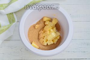 В чашу миксера всыпьте сахар и добавьте сливочное масло комнатной температуры. Взбейте до пышной массы.