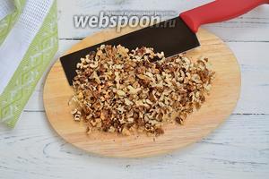 Подсушите на сковороде орехи и порубите их ножом, чтобы кусочки были среднего размера.
