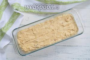 Смажьте форму растительным маслом. У меня форма на 1,5 л. Вылейте в неё тесто. Тесто получается густым, но все же льющимся. И разровняйте его.