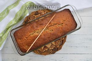 Поставьте кекс в разогретую до 170°C духовку и готовьте 1 час. Ориентируйтесь на свою духовку! Выпекайте его до сухой шпажки. Готовый кекс посыпьте сахарной пудрой. Приятного аппетита!