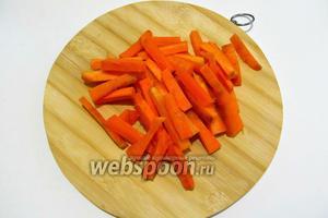 Пока очищаем морковь и нарезаем брусочками. Добавляем к моркови остаток оливкового масла, соль и перец по вкусу. Выкладываем на противень в один слой и отправляем в горячую духовку на минут 30-35.