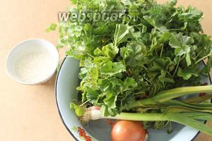 Для приготовления суйуга понадобятся мальва, свежая зелень, круглый рис, лук репчатый, масло и соль. Рис я оставила замачиваться на 10 минут, чтобы он быстрее сварился.