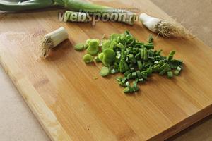 Зелёные листья чеснока нарезать. Головка в этом блюде нам не нужна.