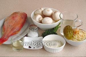 Для приготовления солянки нужно взять свежий или свежемороженый морской окунь, квашеную капусту, солёный огурец, свежие шампиньоны (только шляпки), луковицу, пшеничную муку, огуречный рассол, масло подсолнечное рафинированное, перец чёрный горошком и соль. Для подачи супа нужно взять зелень укропа, консервированные маслины и лимон.