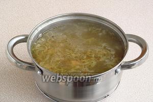 Солянку поварить в течение 10 минут, а затем влить огуречный рассол, дать покипеть ещё 5 минут и посолить по вкусу.