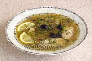 При подаче в каждую тарелку с супом положить ломтики лимона, маслины и рубленый укроп.