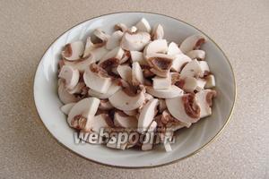 Со шляпок грибов снять кожицу и порезать их ломтиками.