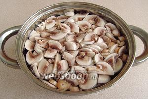 Грибы залить водой и отварить до готовности (около 30 минут).