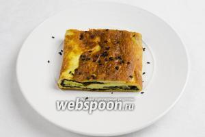 Подавать омлет тёплым, посыпанным чёрным кунжутом к салату из овощей.