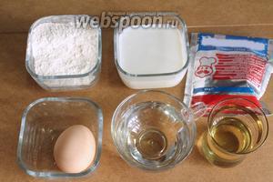 Для хлебных лепёшек понадобятся мука, молоко, растительное масло, яйцо, вода, дрожжи, соль и сахар.
