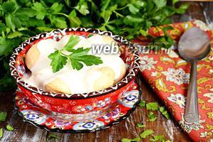 Запечённые пельмени под йогуртовым соусом