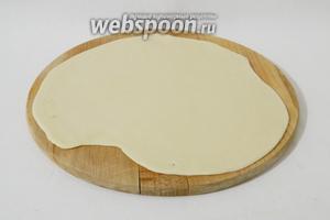 Затем тесто раскатываем в тонкий пласт.