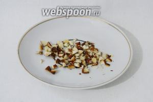 Орехи для начинки лучше брать мелкие. Если орехи крупные, как у меня, то измельчаем их с помощью ножа.