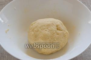 Просеять в миску муку, добавить манку. Замесить тесто и на полчаса поместить на холод.