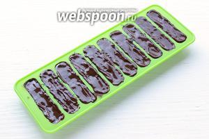 Сверху залить оставшемся шоколадом и убрать в холод до полного застывания.