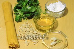 Подготовим ингредиенты: спагетти, оливковое масло, салат, зерновой творог, зубки чеснока, кедровые орешки.
