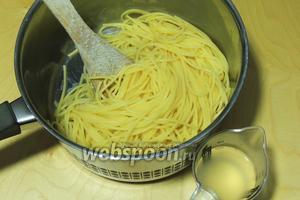Спагетти в кипящей солёной воде варим ал-денте. Сцеживаем, оставим для соуса 100 мл воды после готовности спагетти.