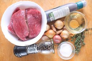 Подготовьте необходимые ингредиенты: телятину, лук севок (у меня разный: белый, красный и шалот), чеснок, масло, соль, перец, тимьян, сахар, бальзамический уксус.