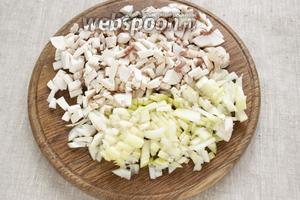 Чистые грибы и очищенный лук мелко нарезать.