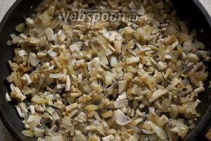 На смеси подсолнечного и сливочного масла обжарить сначала лук до золотистого цвета, затем добавить шампиньоны. Обжарить все вместе.