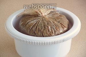 Для того чтобы зельц принял округлую форму, можно поставить пакет в цилиндрическую высокую посуду (у меня ёмкость для миксера), проколоть пакет в нескольких местах наверху, плотно прижать, например, тарелкой, на которую положить небольшой груз. Зельц поместить в холодное место (холодильник) на 12 часов для застывания.