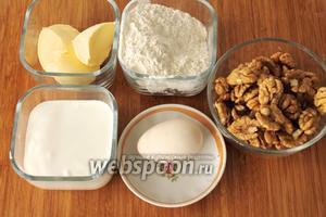 Для орехового рулета понадобятся мука, масло, сметана, яйцо, орехи и щепотка соли.