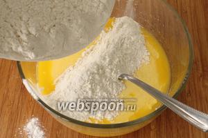 Постепенно добавить в масляную массу заранее просеянную муку, добавить щепотку соли и замесить мягкое, некрутое, но и не прилипающее к рукам тесто.