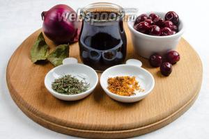 Чтобы получить вкусное мясо, нужно начать с приготовления маринада. Для этого взять: лук, вино красное, вишню замороженную, лавровый лист, тимьян, цедру апельсина.
