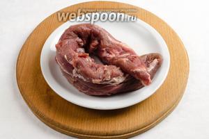Мясо вымыть. Обсушить салфеткой.