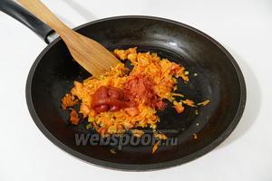 Когда овощи в поджарке стали мягкими, добавляем томатную пасту и паприку.