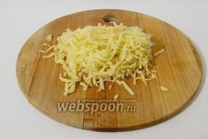 Картофель натираем на крупной тёрке.