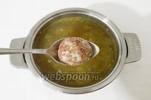 Дальше в суп опускаем фрикадельки.