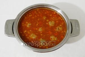 Через 5 минут в суп выкладываем поджарку и подготовленный нут. Пробуем на вкус, добавляем соль и пряности по вкусу. Я добавляла бахарат, в который входят карри, кумин, куркума.