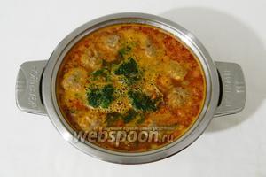 Когда суп закипит, опускаем в него шпинат, лавровый лист и измельчённый зелёный лук.