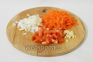 Измельчаем овощи для поджарки: лук, чеснок, помидор нарезаем кубиками, морковь натираем на крупной тёрке.